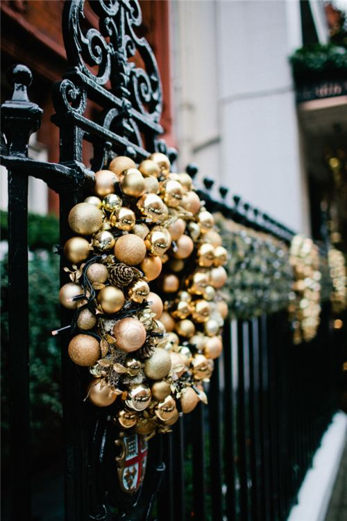 Glittering-Black-And-Gold-Christmas-Decor-ideas-10