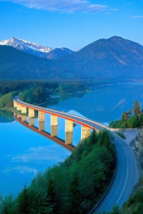 Germany, Bavaria, Road Bridge over Lake Sylvenstein - elevated view