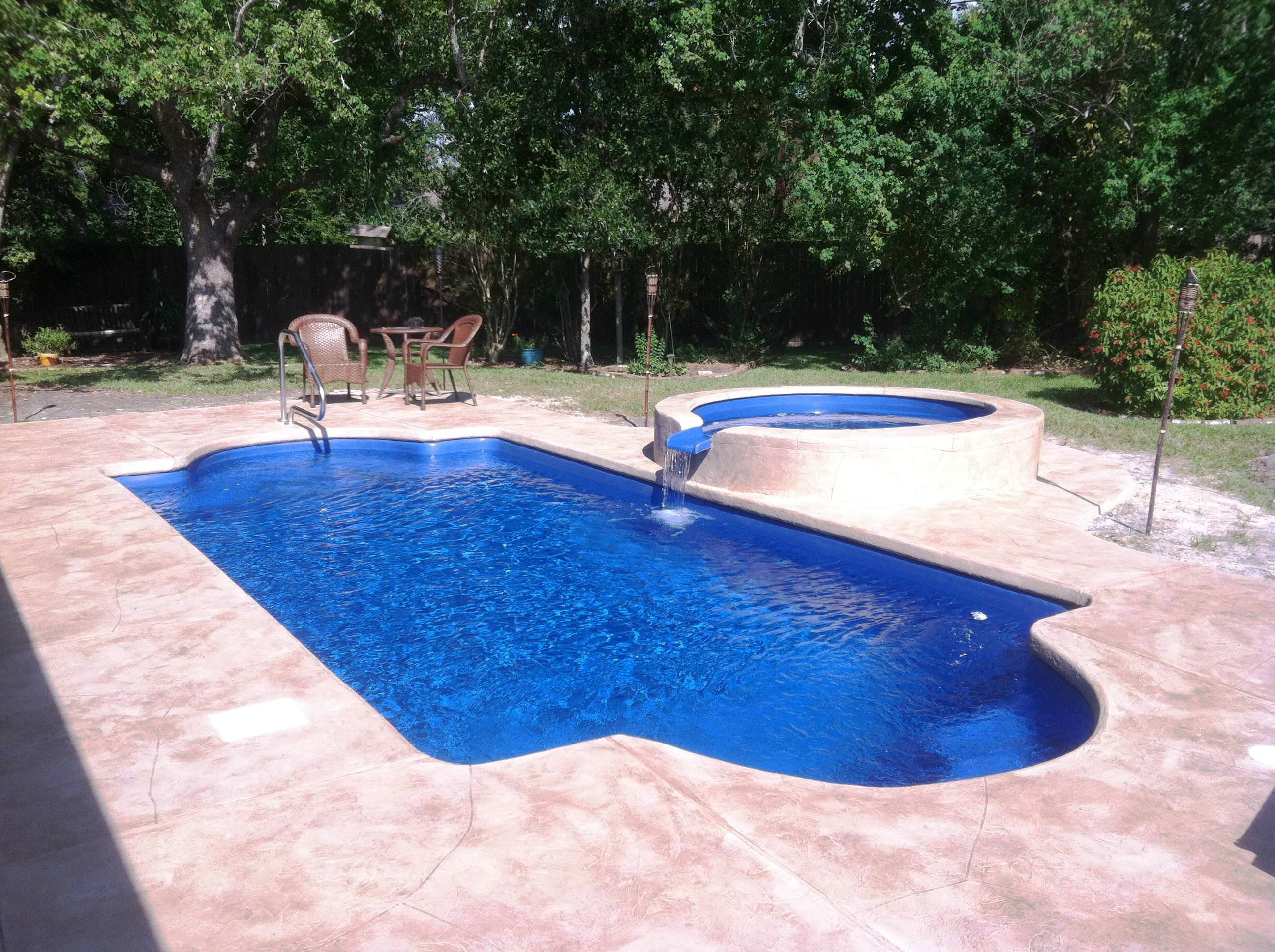 33 jacuzzi pools for your home for Pictures of backyard pools