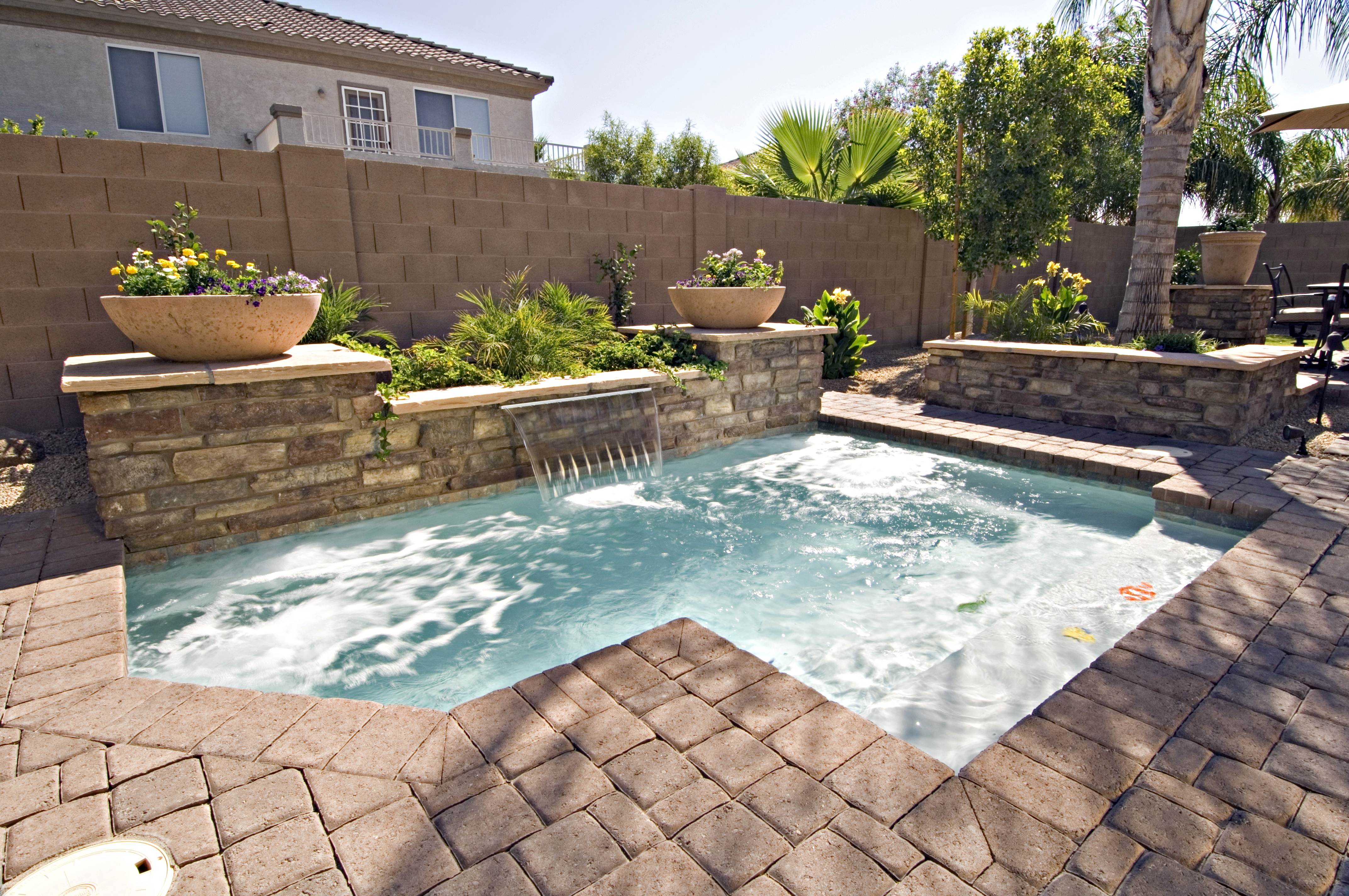 33 jacuzzi pools for your home for Swimming pool spa designs