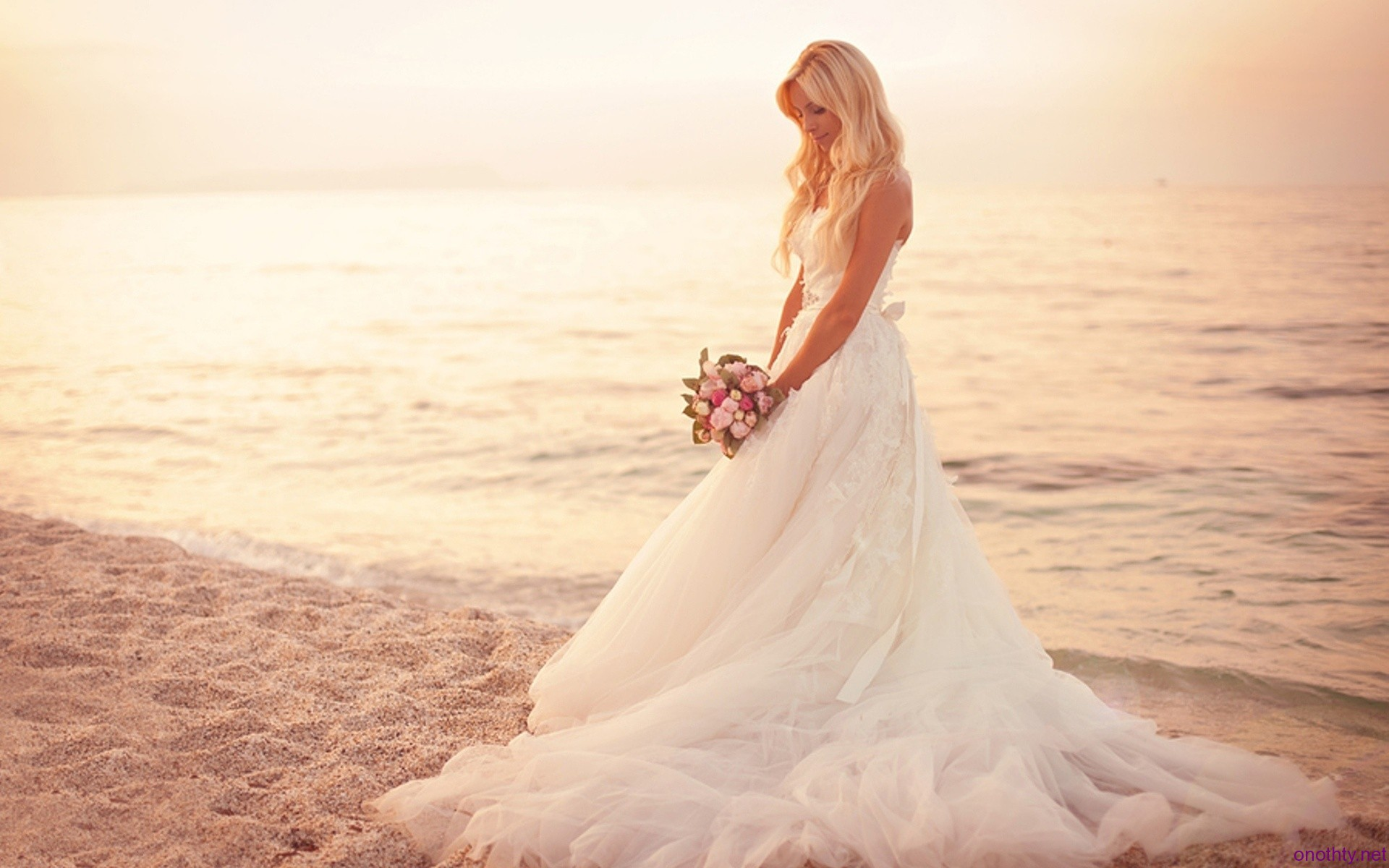 25 beautiful beach wedding dresses for Beautiful beaches in la