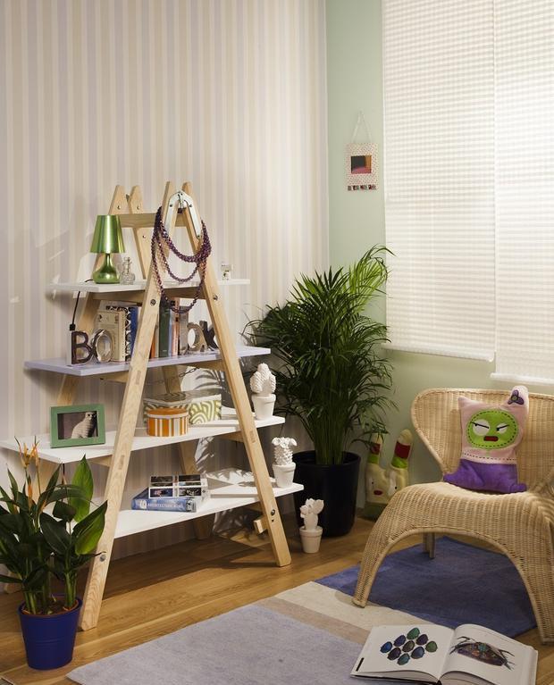 diy-ladder-shelf-living-room-home-decor-photo-frames