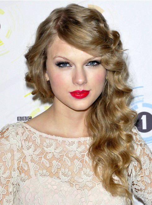Taylor-Swift-Long-Hairstyles-Side-Curls