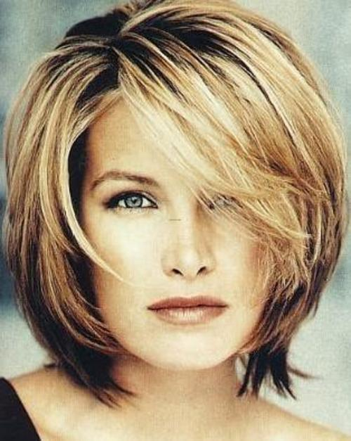 This hair cut appears to form a beautiful style around her face.Hair Colour:A lovely shade of light blonde with a beautiful touch of strawberry blonde highlights.