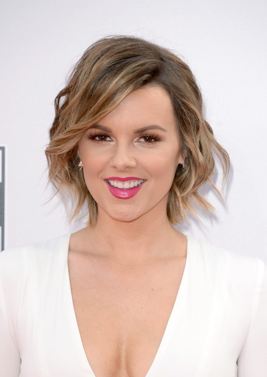 Ali-Fedotowsky-Short-Wavy-Hairstyle-with-Bangs